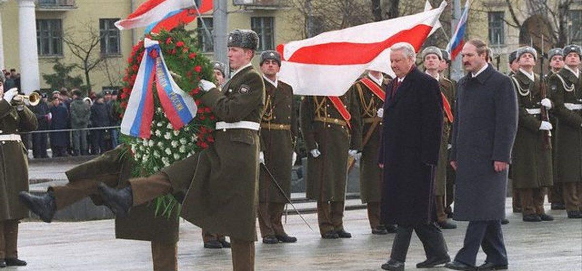 Когда это еще не было «экстремизмом»: Лукашенко, Ельцин и БЧБ-флаг