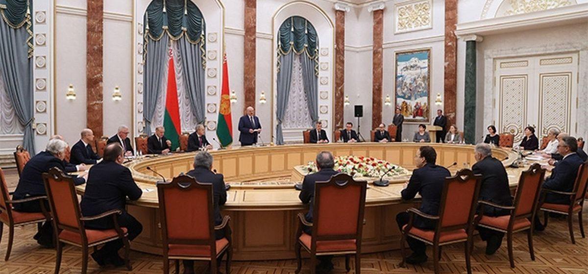 Новости. Главное за 5 февраля: Лукашенко пугает войной в Беларуси, и вынесли приговор парню, который бросил в ОМОН цветок