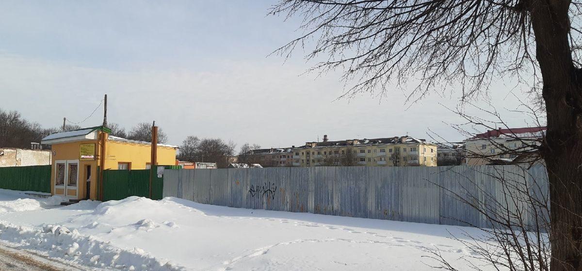 «Вместо дома – сугробы по пояс». Почему остановилась стройка многоэтажки на улице Пионерской в Барановичах