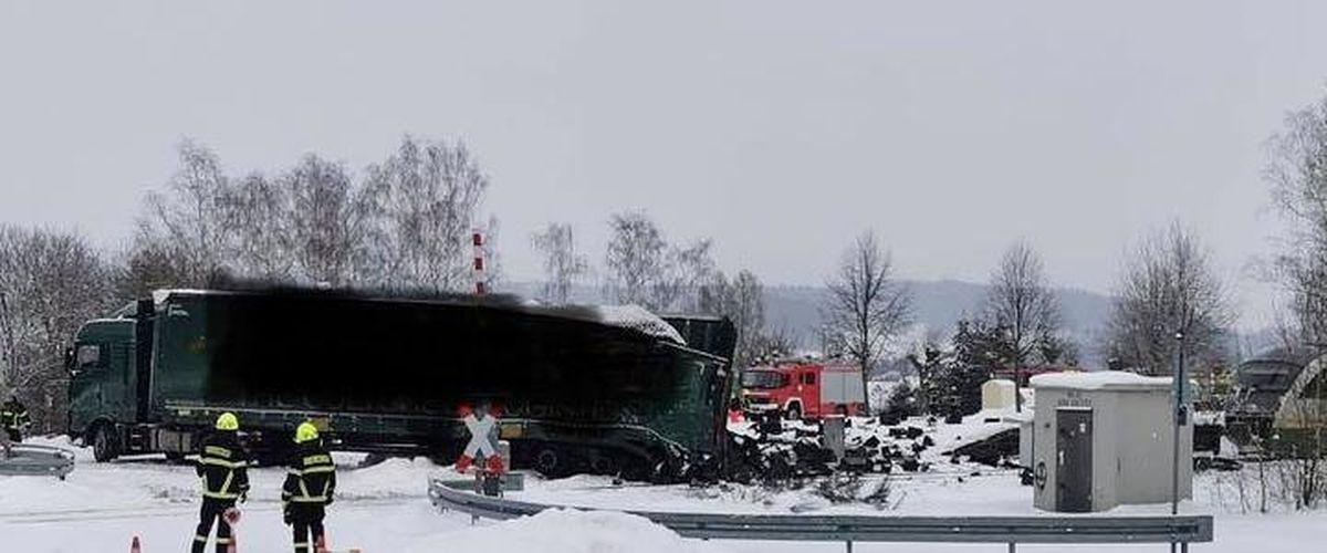Поезд в Германии снес забуксовавшую на переезде фуру, за рулем которой находился белорус