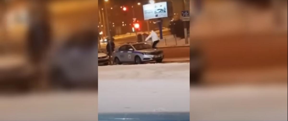 Подросток запрыгнул на милицейскую машину в Минске и разбил лобовое стекло. Все это его друзья снимали на видео