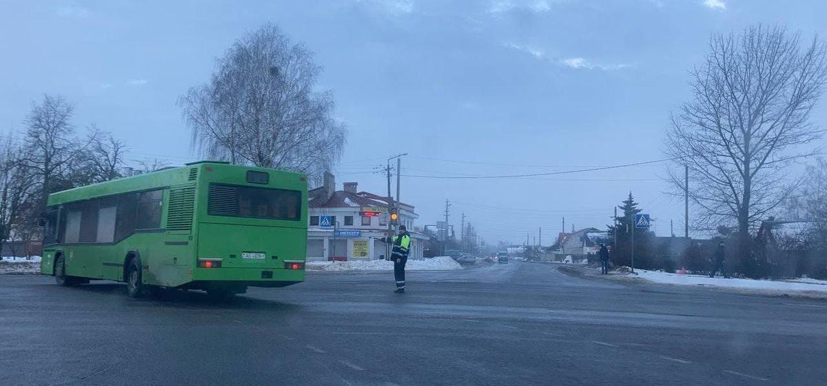 Сотрудник ГАИ регулировал потоки транспорта на интенсивном перекрестке в Барановичах. Фото, видео