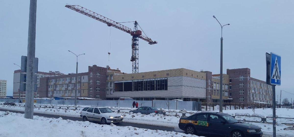 Строители школы в Барановичах жалуются на задержки зарплат. Что произошло?