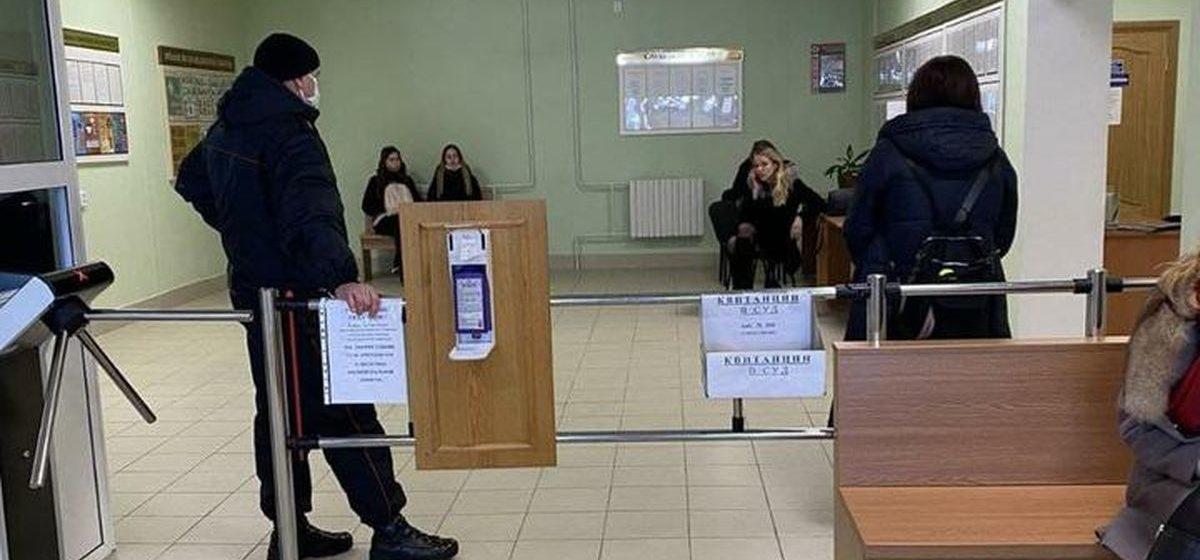 В суде Сморгонского района кто-то крикнул «Жыве Беларусь!» — сразу же вызвали милицию, никого не выпускают