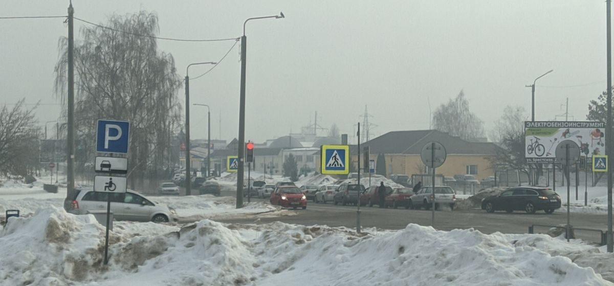 Главное за 23 февраля: огромные очереди на техосмотр, и от кого и от чего нужно защищать сегодня Беларусь (видеоопрос)