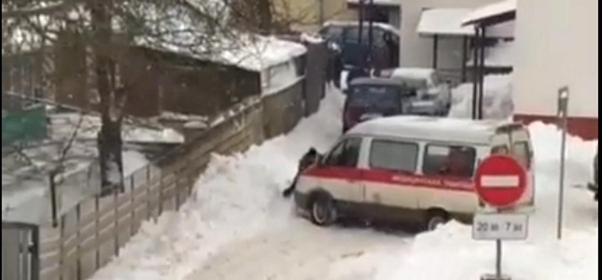 Автомобиль медпомощи не может подъехать к детской поликлинике в Барановичах из-за сугробов. Видеофакт