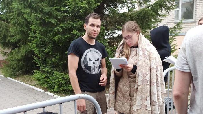 Валерий уже после освобождения. На нем — та самая футболка. Фото: личный архив Валерия Самолазова