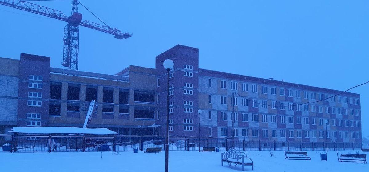 В новой школе в Барановичах включили отопление. Что происходит снаружи и внутри главной стройки города