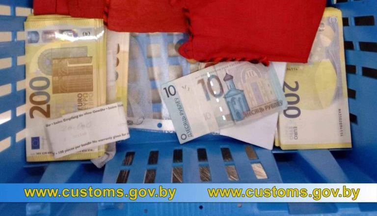 У прилетевшей из Вены 65-летней белоруски нашли более 150 тысяч незадекларированных евро
