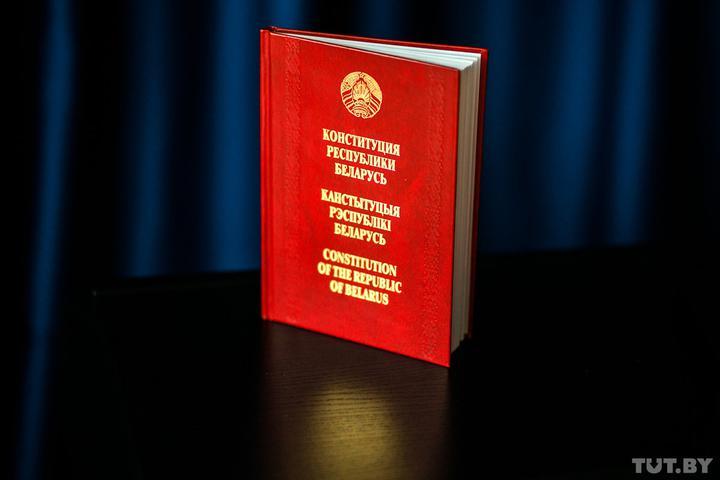 Президенту — не более двух сроков, местным депутатам — больше полномочий. Профессор Василевич о новой Конституции