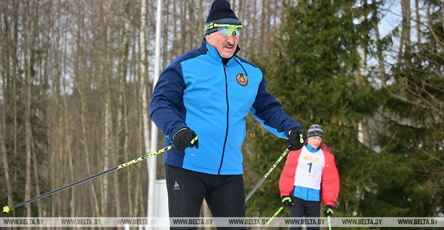 «За такие поддавки и работы лишиться можно». Наталья Эйсмонт прокомментировала минскую лыжню, где конкурент Лукашенко падал перед ним три раза подряд