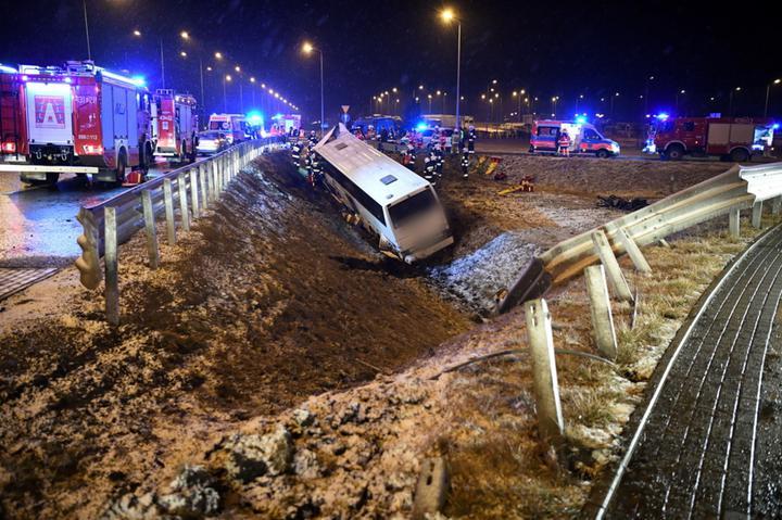 Автобус с украинцами вылетел с моста в Польше — один человек погиб, четыре в больнице