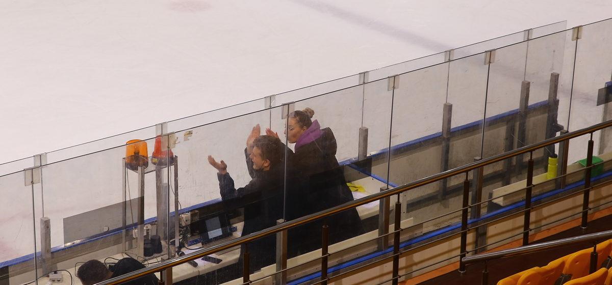 Директор хоккейного «Авиатора» станцевала под песню «Барановичи» после домашнего поражения клуба. Фотофакт