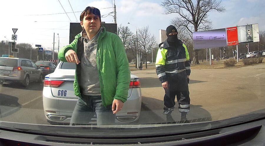 «Наша нiва» опубликовала видео задержания главреда. Он был за рулем авто, а в протоколе написали, что был на акции и сопротивлялся