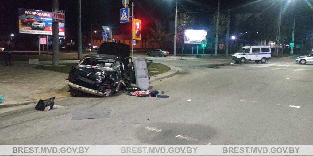 Страшное ДТП в Бресте из-за пьяного водителя: один пассажир погиб, второй в больнице. Видео