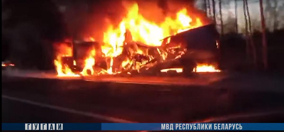 Два буса загорелись после лобового столкновения под Крупками. Есть погибшие. Страшное видео
