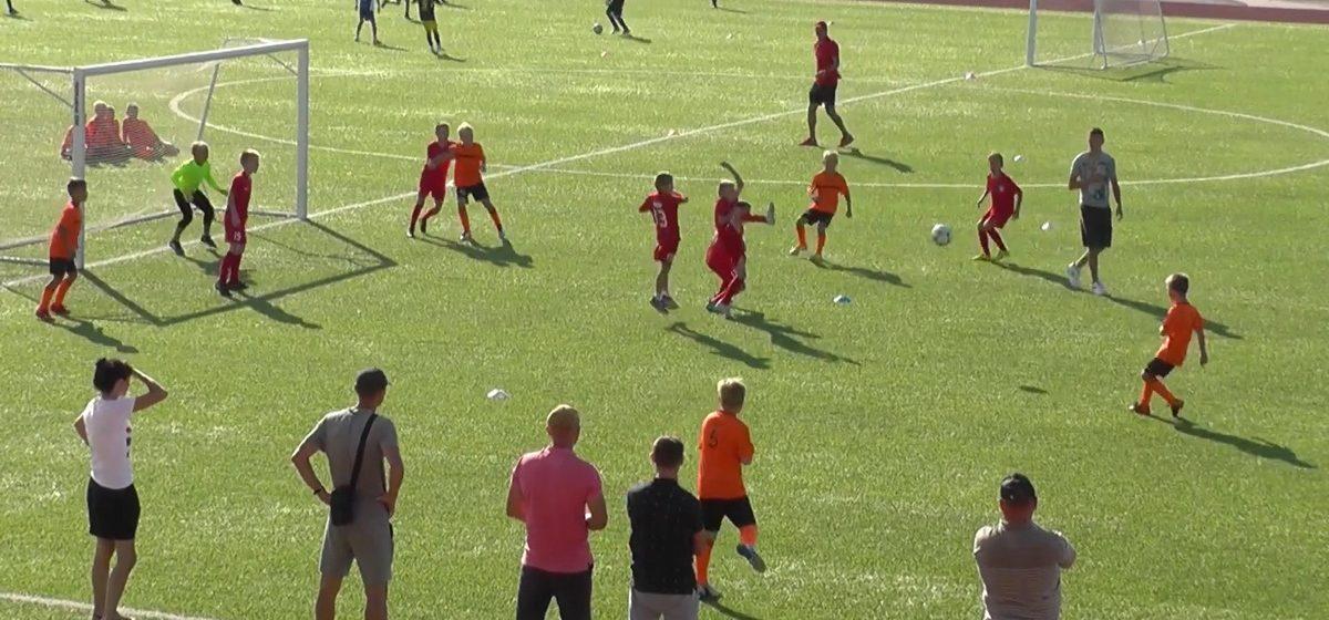 Посмотрите, какие красивые голы умеют забивать юные барановичские футболисты