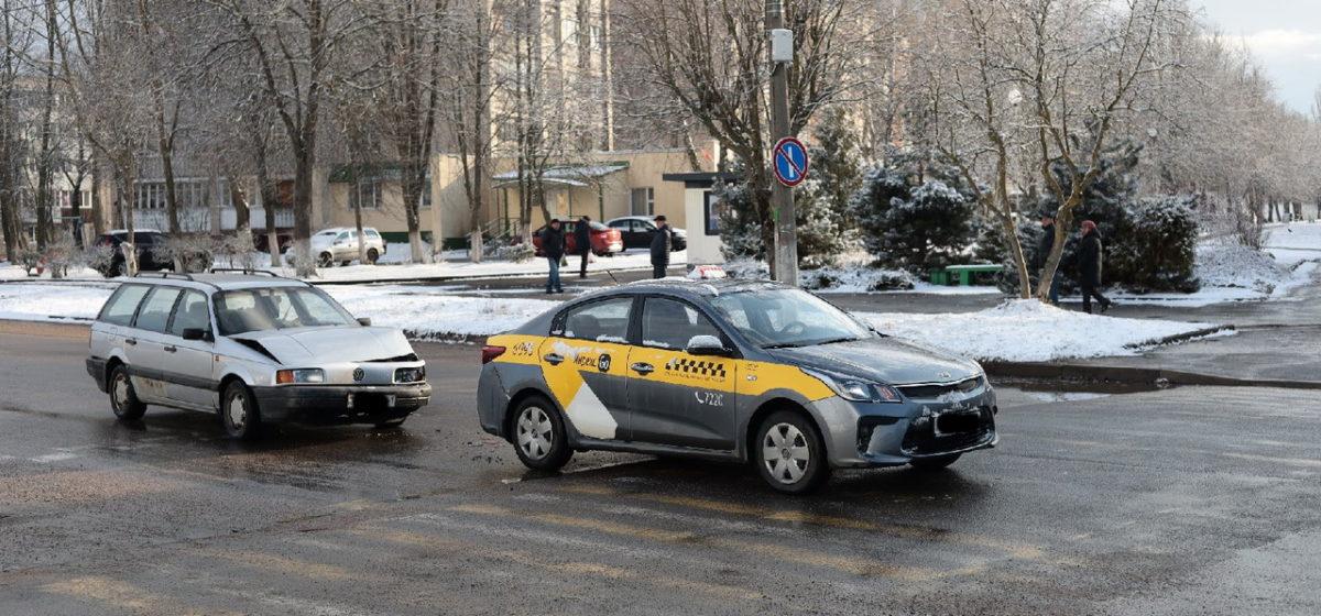 Volkswagen врезался в автомобиль таксив Барановичах