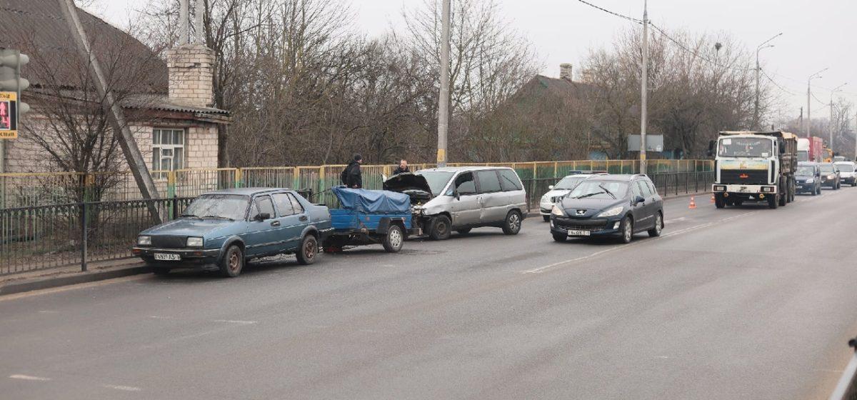 Volkswagen и Citroen не поделили дорогу в Барановичах. Одно авто снесло дорожное ограждение