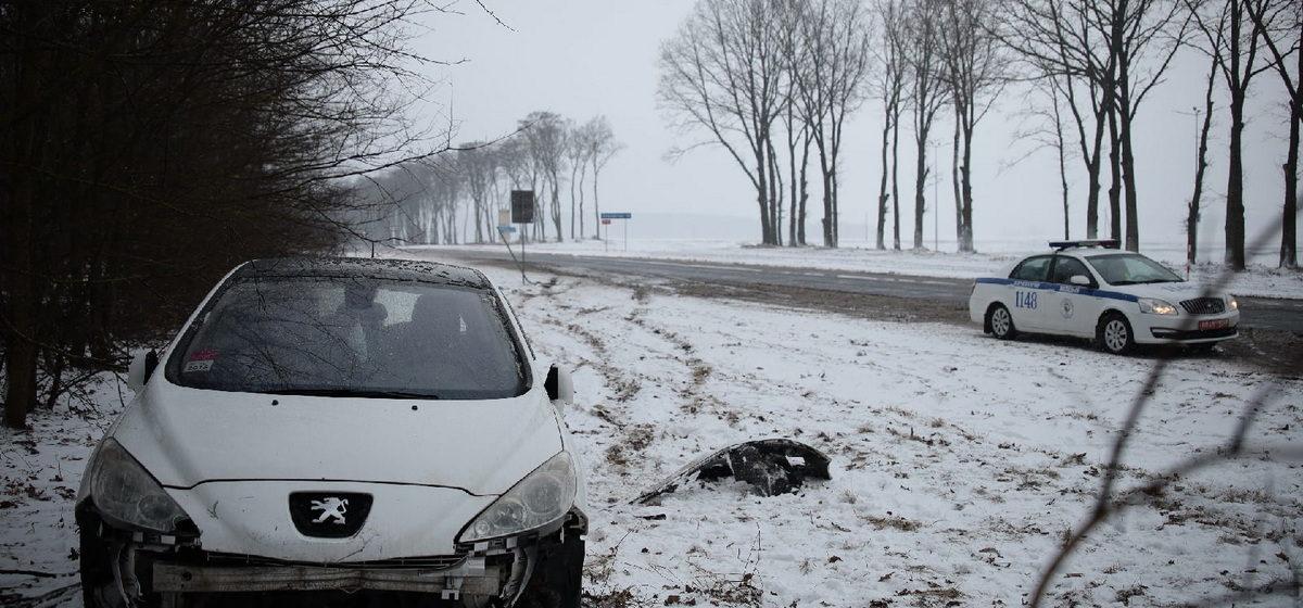 Peugeot снес знак и слетел в кювет в Барановичах. Фотофакт