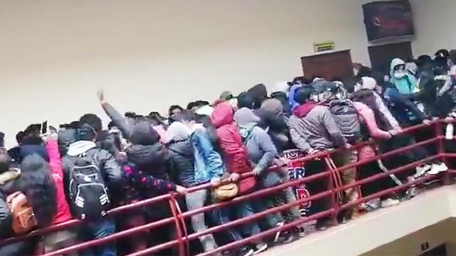 Ужасающее видео. В университете Боливии много студентов набилось на площадку на пятом этаже. Вот что произошло