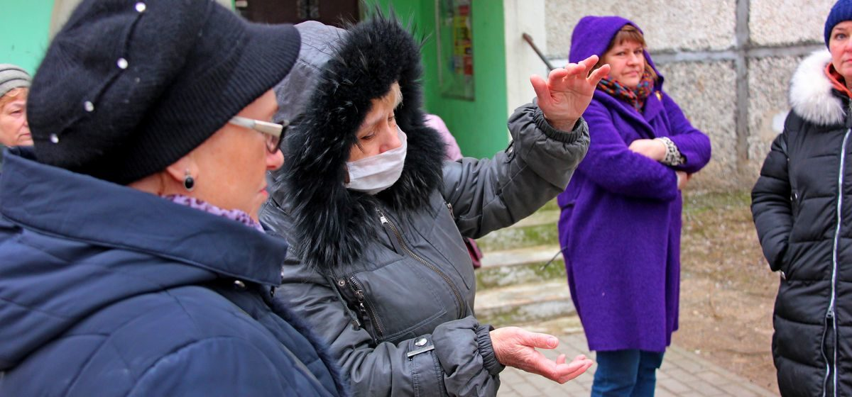 «Зашла в подвал – а там фекалий по колено». Жители многоэтажки в Барановичах два года живут с запахом туалета в подъезде