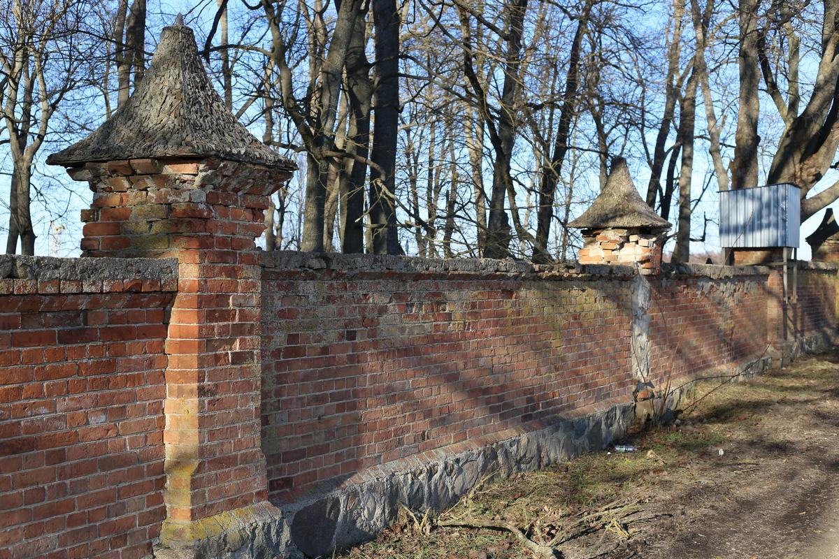 Старинный забор усадьбы. Фото: Никита ПАСТУХОВ