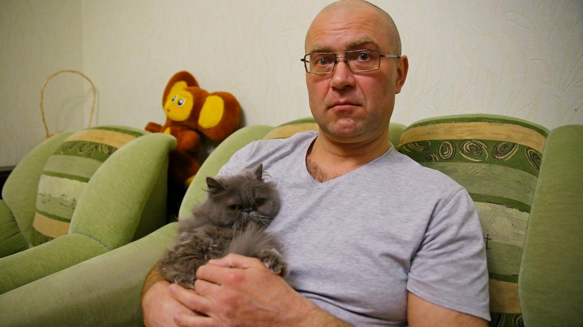 Игорь Календарев со своей кошкой Дусей. Фото: Юрий ГОНЦАРЕВИЧ