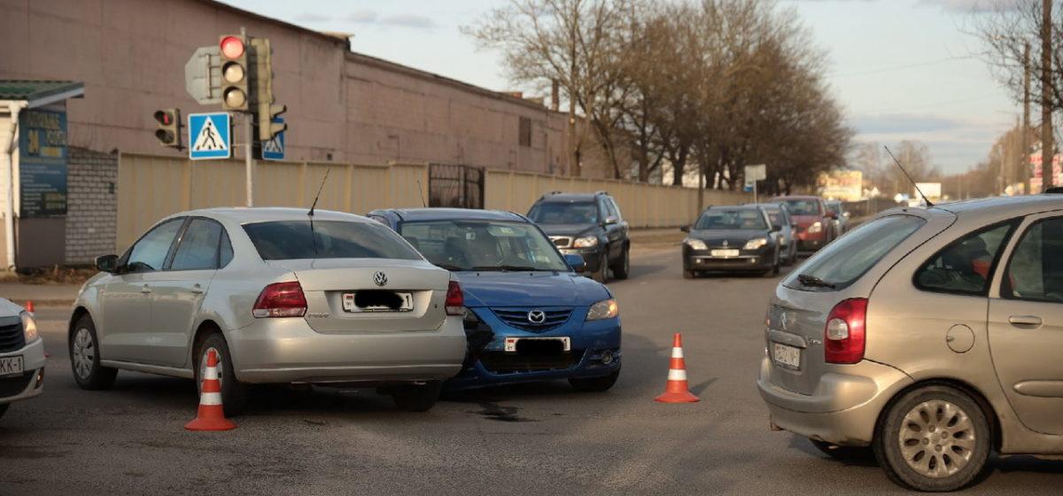 Mazda и Volkswagen не разъехались на перекрестке в Барановичах