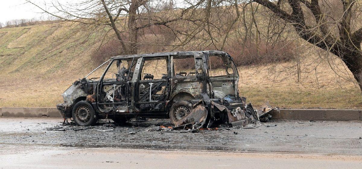 Неожиданно загорелся и выгорел сломанный автомобиль, который буксировали в Барановичах