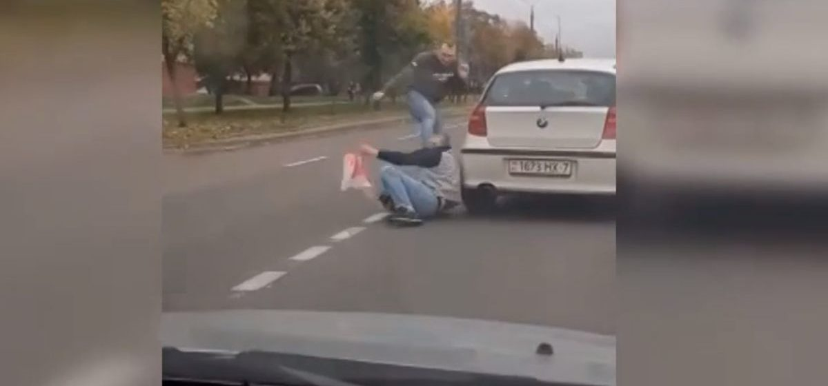Минчане хотели проучить водителя, который ударил парня с БЧБ-флагом. Суд назначил им суровое наказание