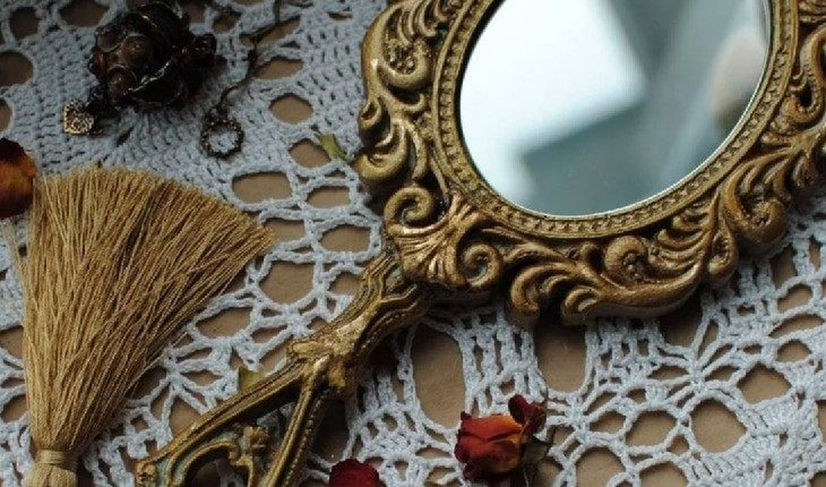 Согласно ирландской мифологии, зеркало – запрещенный подарок.