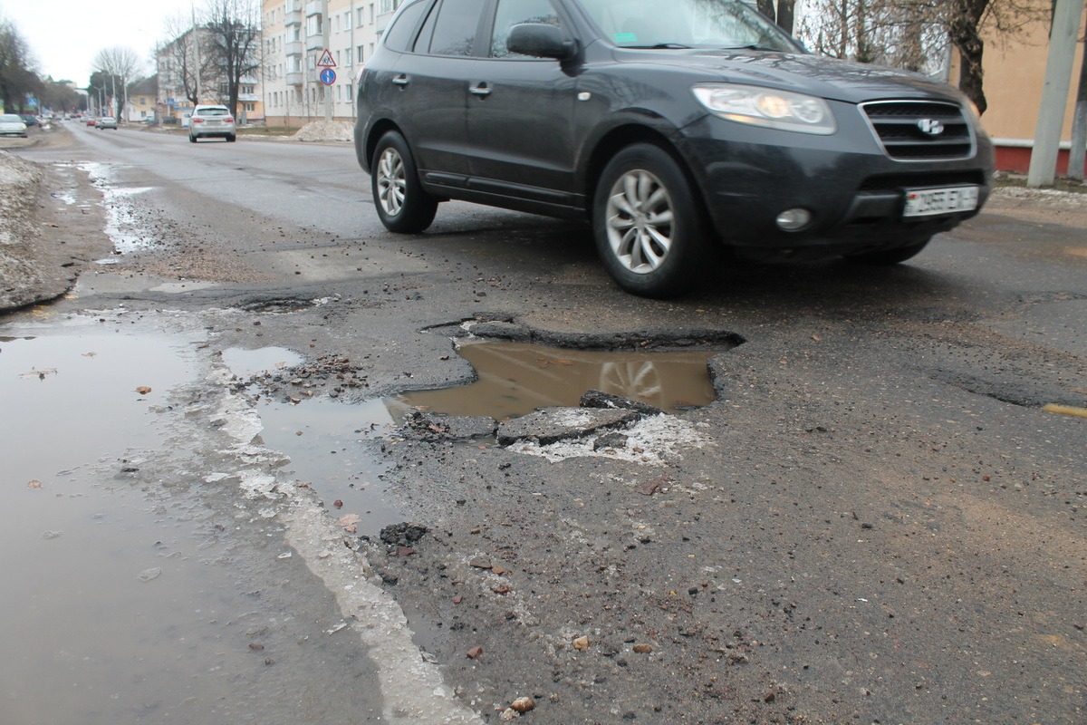 Улица Войкова, глубокая яма около самолета. Фото: Татьяна МАЛЕЖ