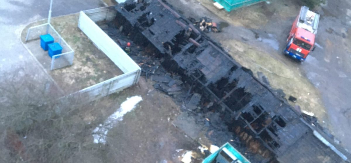 Появилось видео пылающих сараев в центре Барановичей