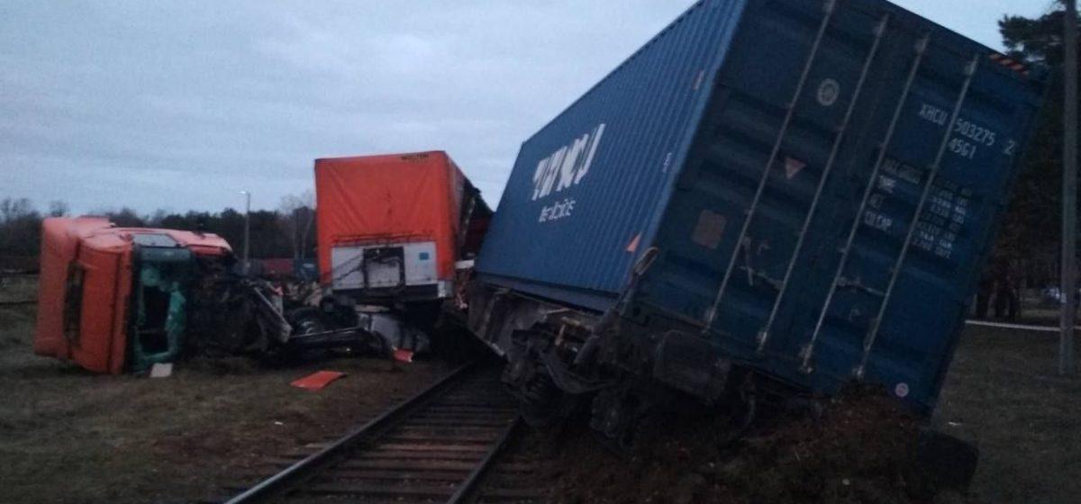 Поезд протаранил грузовую фуру в Бресте. От удара вагонный состав сошел с рельсов