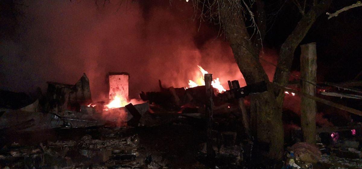 Полностью сгорел дом под Барановичами, хозяйка получила ожоги