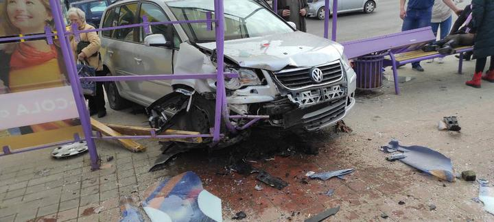 Автомобиль Volkswagen Touran влетел в остановку в Минске, на которой стояли люди