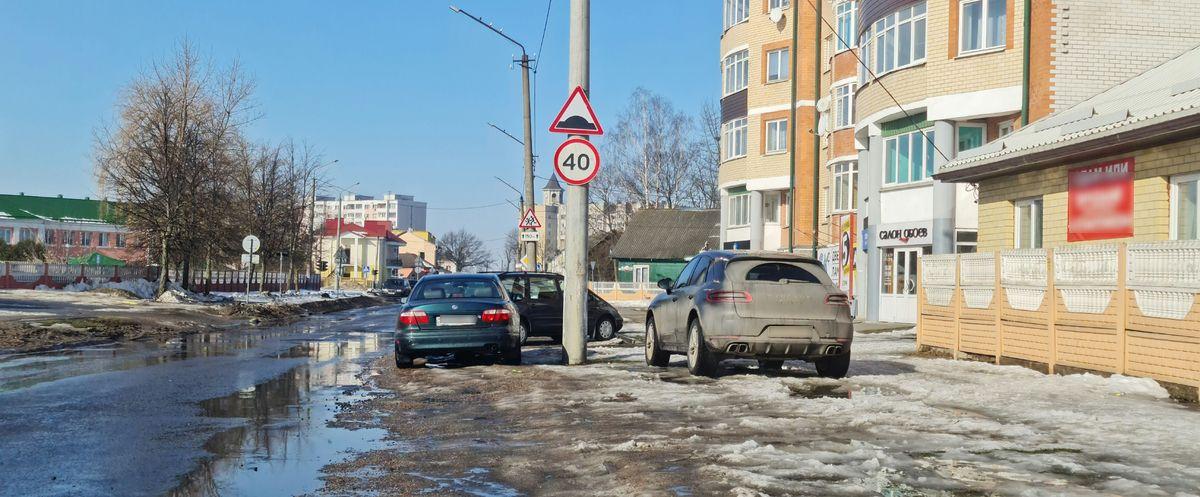 Боги парковки. Зеленую зону на одной из центральных улиц Барановичей превратили в персональную стоянку для внедорожника