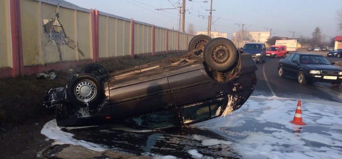 Volkswagen влетел в бетонный забор, а затем перевернулся в Бресте