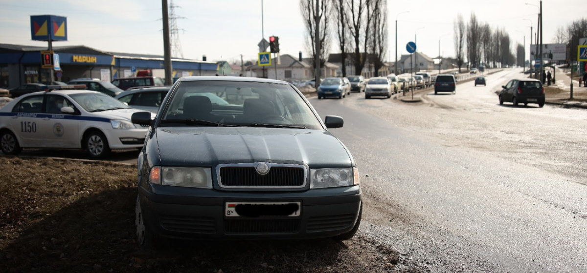 В Барановичах водитель Škoda уходил от столкновения, перескочил через бордюр и заехал на зеленую зону