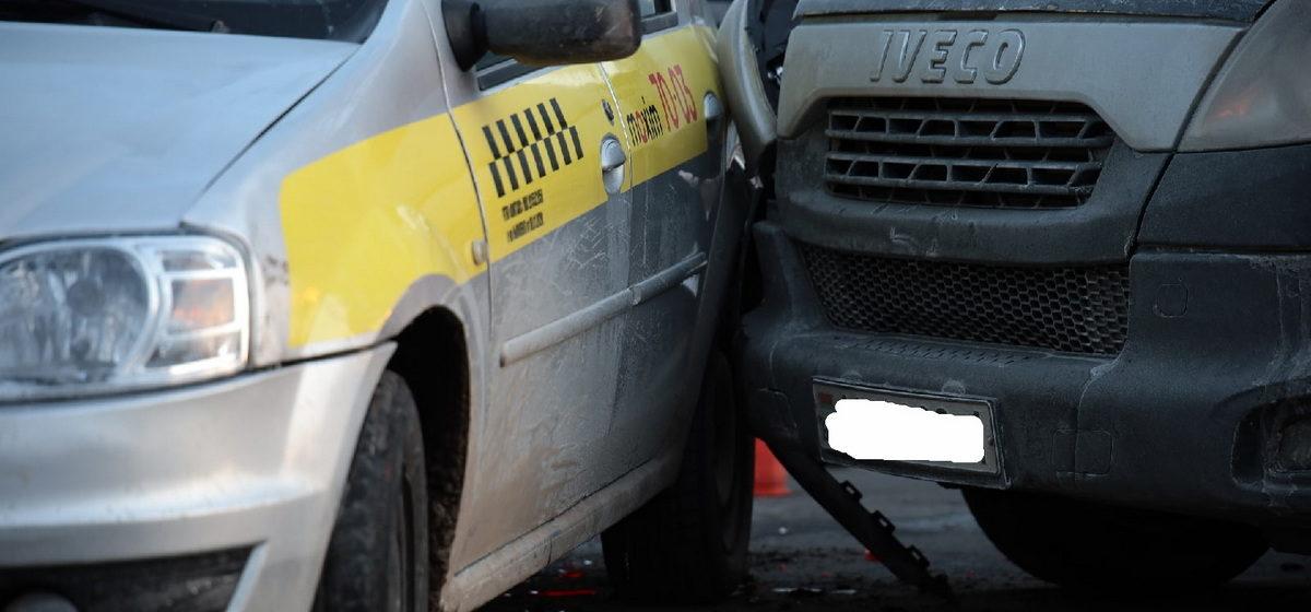 Грузовик и такси столкнулись в Барановичах
