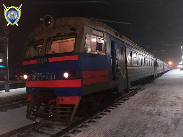 Поезд сбил девушку-подростка, которая переходила пути и разговаривала по телефону в Орше — ей отрезало стопу