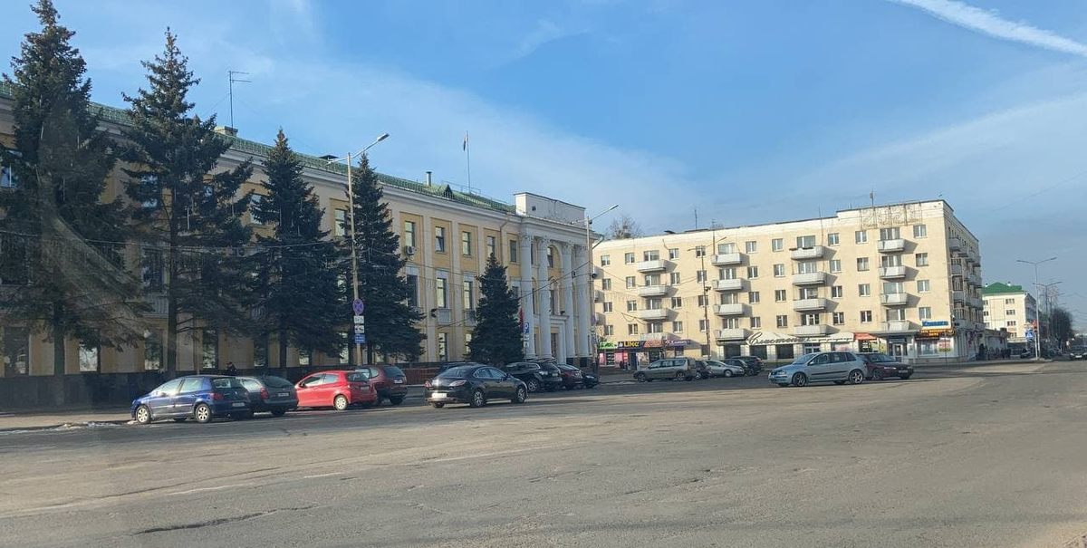Стоянка возле Барановичского горисполкома утром 25 марта. Фото: Ирина КОМИК