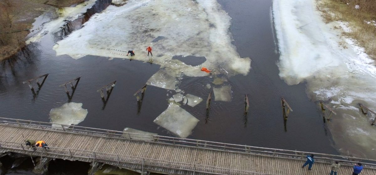 Как взрывали лед на реке под Пинском. Видеофакт