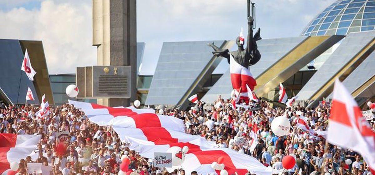 День Воли под БЧБ-флагом. Как менялось отношение к символу протеста в независимой Беларуси