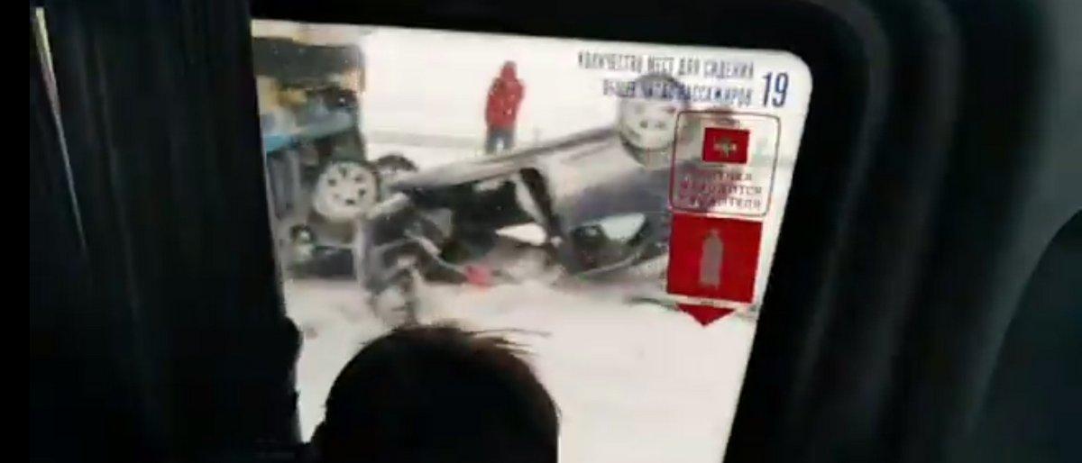 ДТП с участием фуры, скорой и трех легковых машин произошло на М1 под Дзержинском. Одно авто перевернулось на крышу