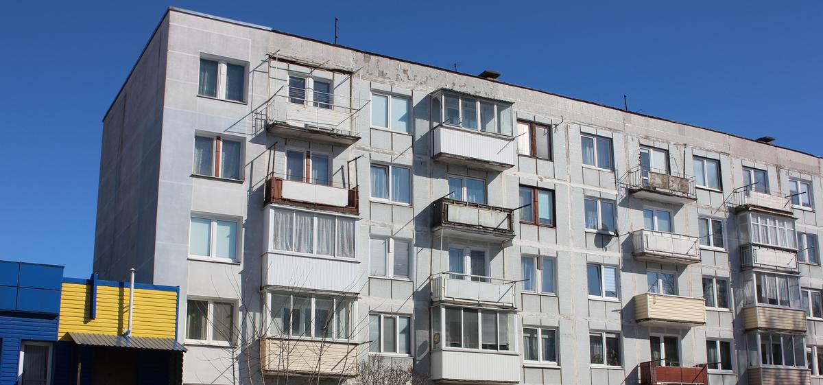 «Вода залила даже квартиру снизу». Многодетная семья из Барановичей полгода живет с протекающей крышей