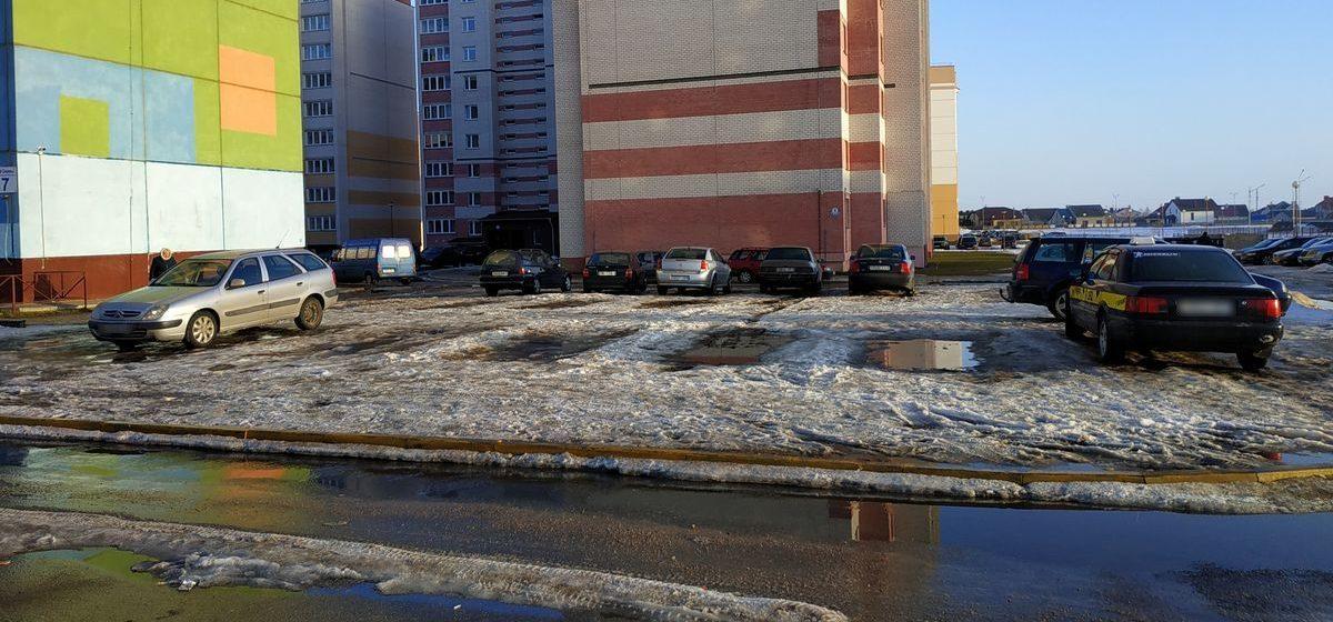 Боги парковки. Площадку, где летом была детская песочница, зимой превратили в стоянку для авто в Барановичах