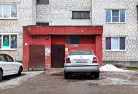 Боги парковки. Когда на машине заезжают прямо под двери подъезда многоэтажки в Барановичах