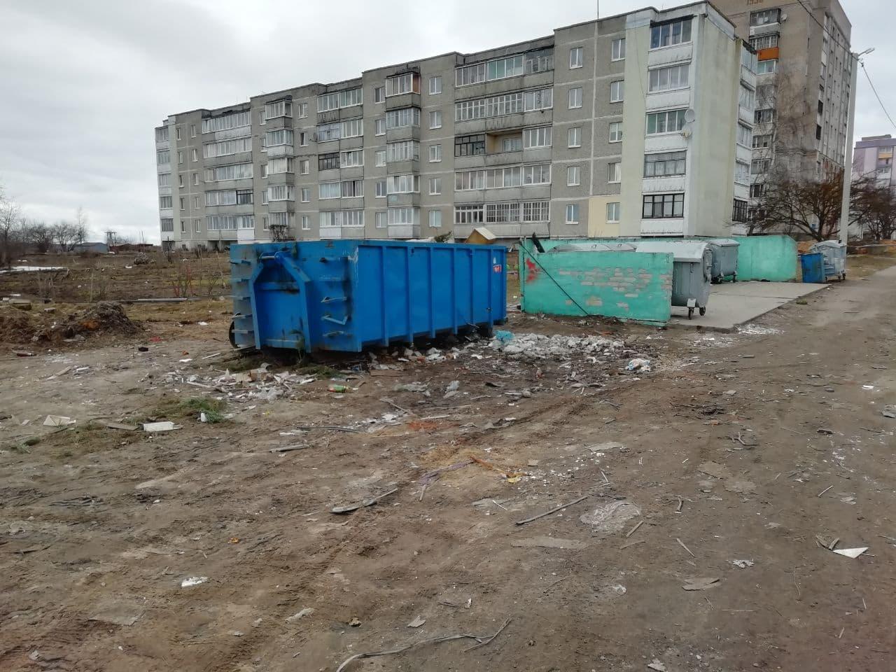 19 марта, около 9 часов утра. Так выглядит площадка для мусорных контейнеров на ул. Репина. Фото: Иван РИМША
